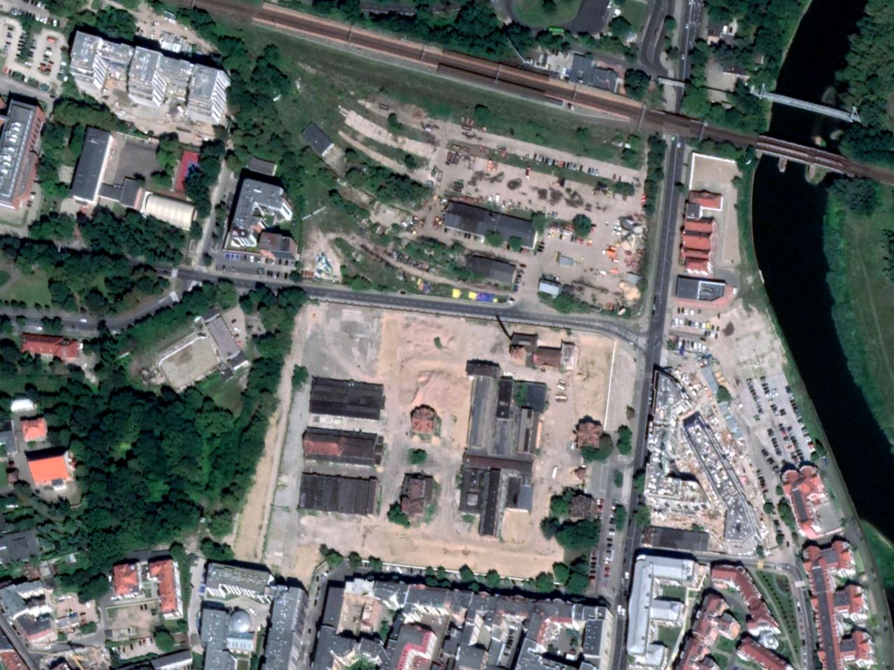 """Północna część centrum Poznania: w centrum kadru Stara Rzeźnia, z prawej """"Esencja"""" z lewej """"Na Podgórniku"""""""