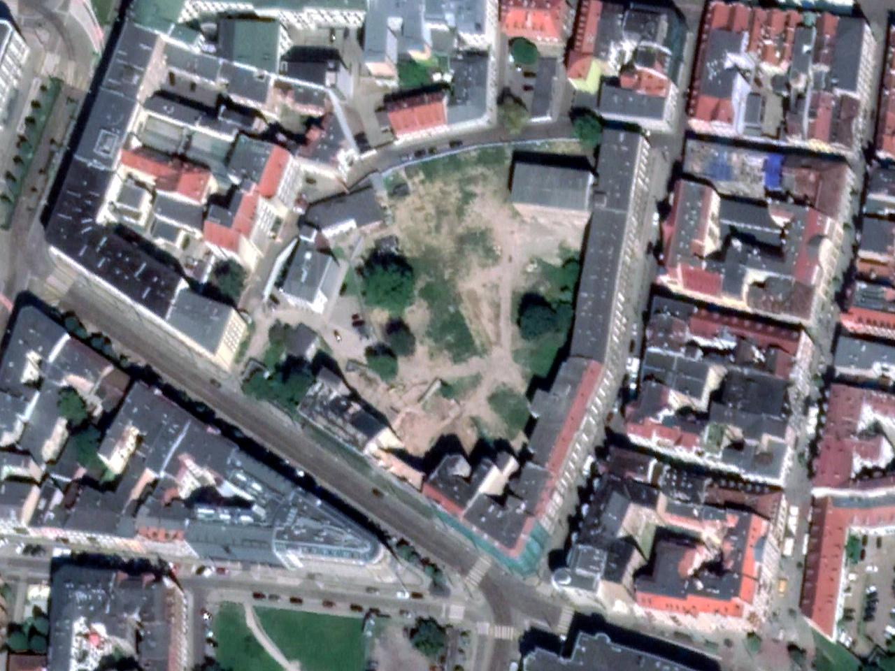 Stare Miasto, rejon ulicy Podgórnej, Szkolnej i Koziej. Duży poszpitalny kwartał zabudowy czeka na start budowy centrum senioralnego Orpea