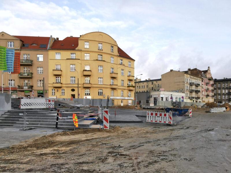Zejście ze skweru na plac targowy - schody już prawie gotowe, rozłożono podbudowę pod układanie kostki. Widok z ulicy Małeckiego