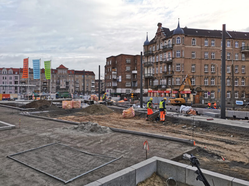 Ostatni rzut oka na skwer Kazimierza Nowaka. Tam, gdzie stoją budowlańcy, powstanie plac zabaw ze zjeżdżalnią