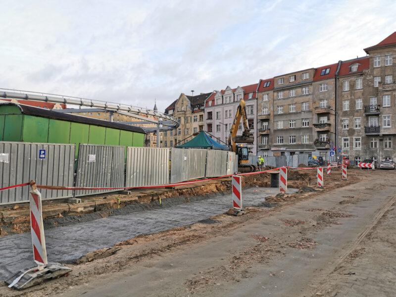 Podbudowy przybywa także przy targowisku - na zdjęciu, o ile dobrze poznajemy, fragment przyszłej jezdni