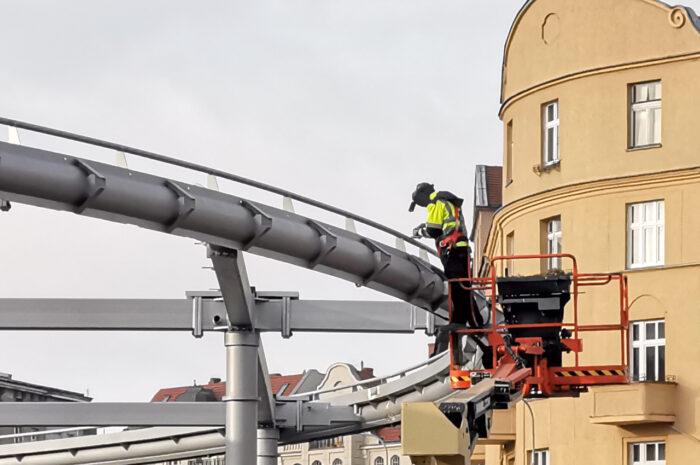 Pierwsza kostka i gotowa konstrukcja zadaszenia na rynku Łazarskim – listopadowa fotorelacja