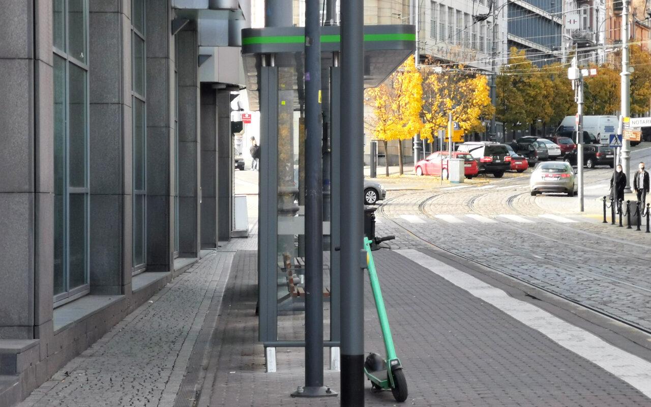 """Wiata przystankowa na przystanku """"Wrocławska"""" na ulicy Podgórnej"""