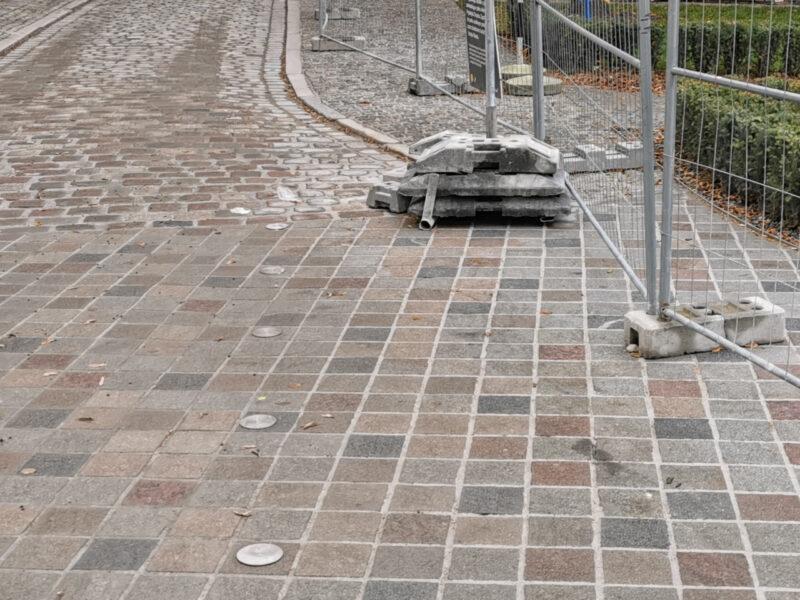 Połączenie z ulicą Gołębią. Metalowe guzki wyznaczają jezdnię