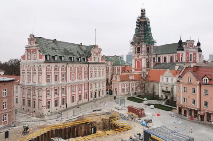 Plac Kolegiacki: niewiele zmian od listopada – grudniowa fotorelacja
