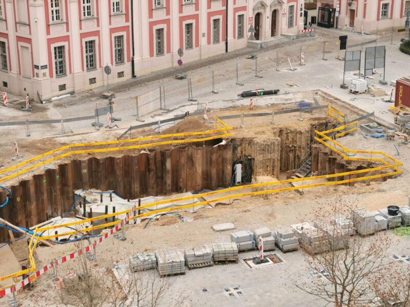 Zbliżenie na odsłonięty wykop. To miejsce sprawia problemy budowlańcom