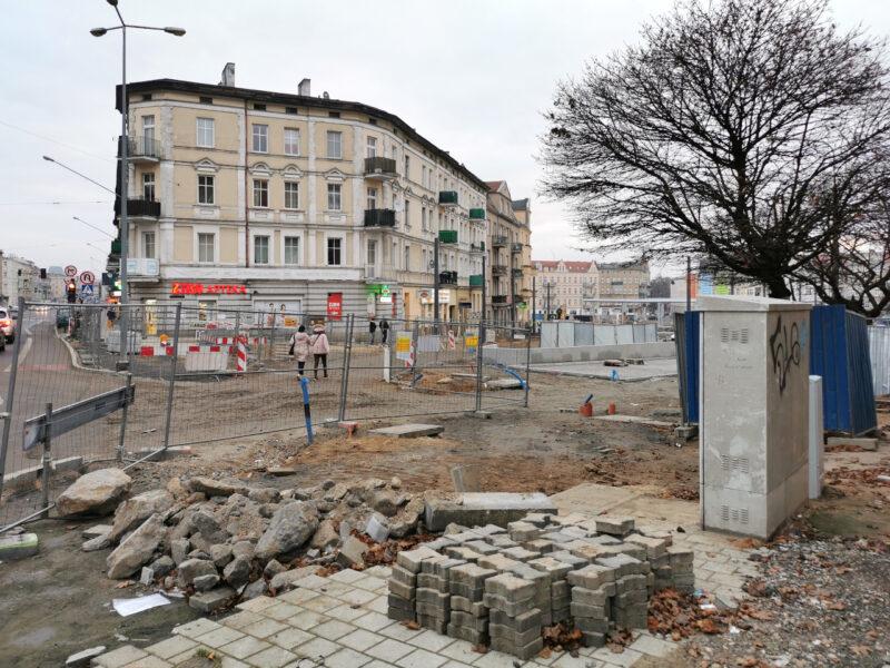 Wejście na rynek Łazarski od strony ulicy Głogowskiej. Odnowa rynku Łazarskiego, listopad 2020
