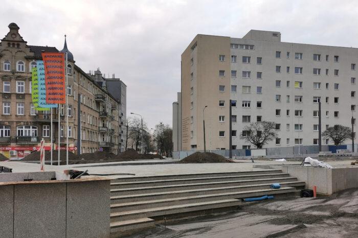 Rynek Łazarski: więcej kostki i nowa konstrukcja pawilonów – grudniowa fotorelacja