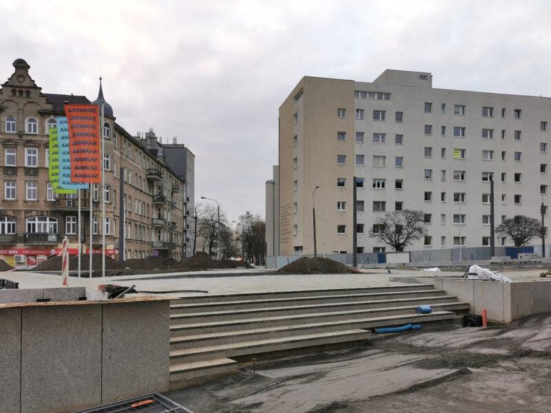 Górna część skweru Kazimierza Nowaka. W tle wlot ulicy Lodowej