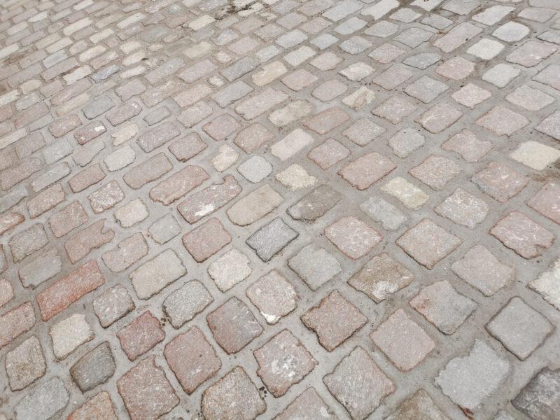 Połączenie z ulicą Gołębią. Tak szeroka fuga nie będzie w stanie utrzymać kostki - będzie wypadać. To miejsce wymaga poprawy