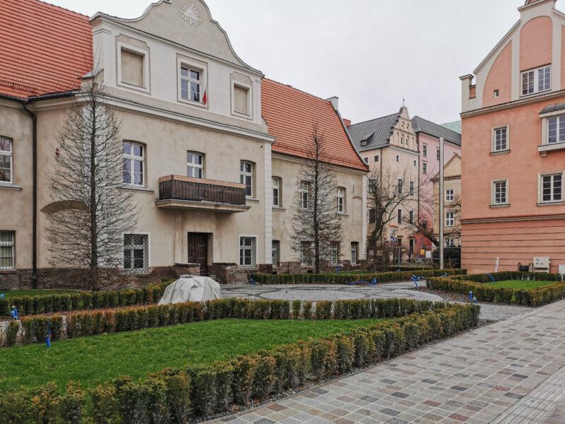 Na skwerze z koziołkami bez zmian w porównaniu z grudniem. Tylko koziołków brakuje. Poznań Stare Miasto