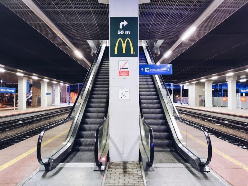 Poznań Główny. Schody ruchome z holu dworca na perony nie działają od początku 2020 roku