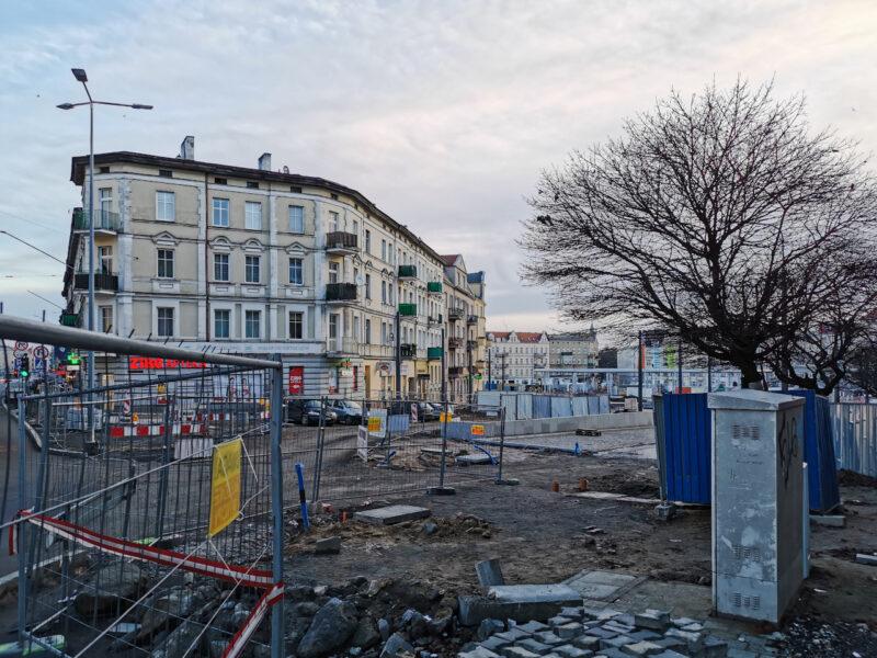 Wejście na rynek Łazarski od strony ulicy Głogowskiej. Odnowa rynku Łazarskiego, styczeń 2021
