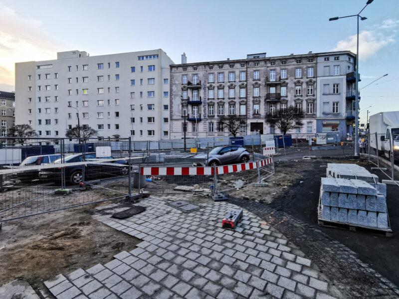 Przejście wzdłuż ulicy Głogowskiej po stronie placu budowy ciągle jest niedostępne. Piesi idą jezdnią, co nie jest zbyt bezpieczne