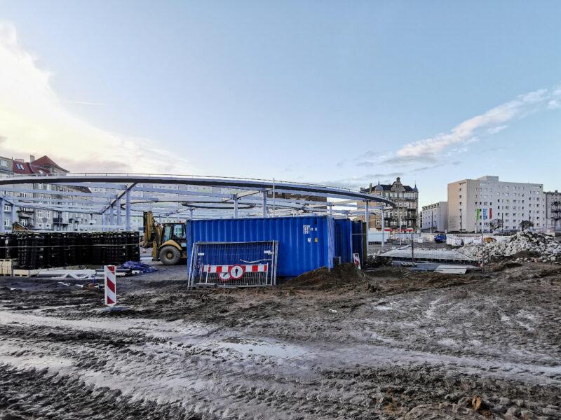 Centralna część placu widoczna z północnego wlotu ulicy Małeckiego. Błota tu nie brakuje