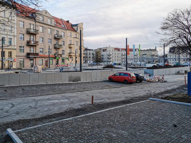 W porównaniu z grudniem, przy skwerze Kazimierza Nowaka pojawiła się podbudowa pod asfalt