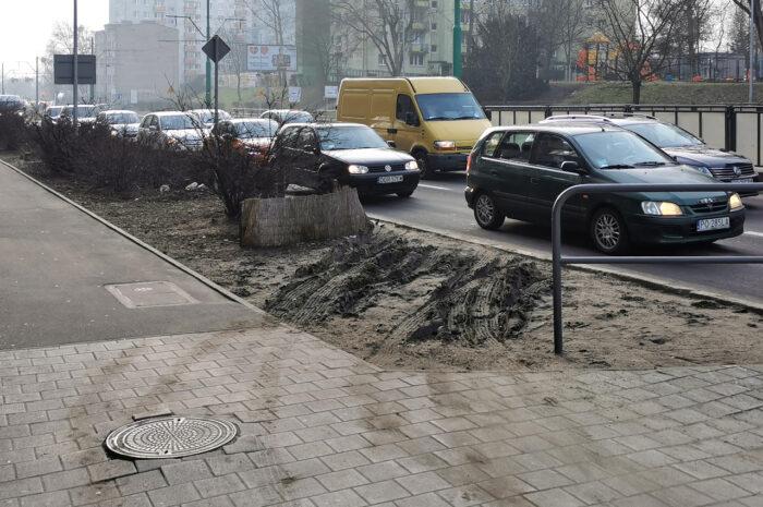 Głogowska/Hetmańska: kierowcy znowu parkują na chodniku (tym razem rozjeżdżając pas zieleni)