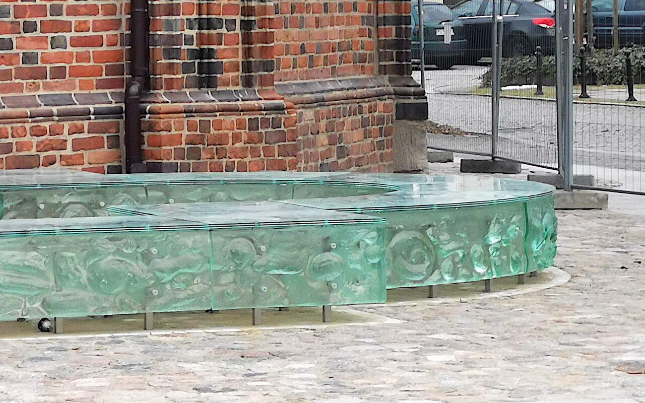 Palatium Mieszka I. Wzór na szklanych płytach ma imitować kamień, z którego budowano mury czy fundamenty