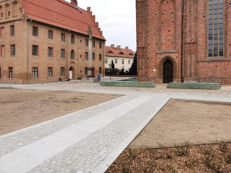 Odnowy doczekał się teren wokół kościoła, gdzie m.in. posadzono krzewy
