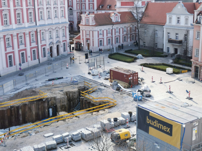 Zachodnia część placu. W lewej części zdjęcia problematyczny wykop, w prawej skwer, na którym stanie pomnik koziołków