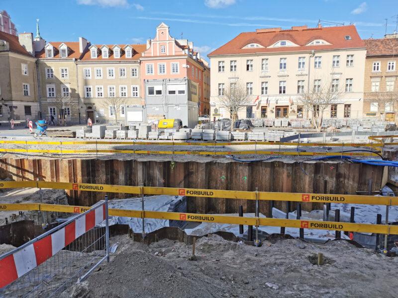 To ta część placu (podziemne pomieszczenia, ekspozycja ruin kolegiaty, fontanna) sprawia problemy