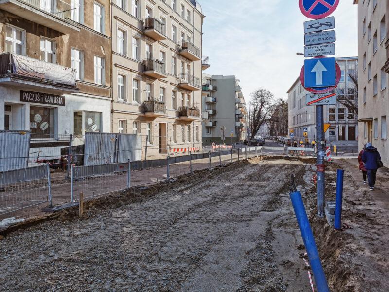 Poznań - rewitalizacja. Widok z ulicy Calliera. Rozebrano prawie całą nawierzchnię ulicy Calliera (krótki odcinek także jest przebudowywany)