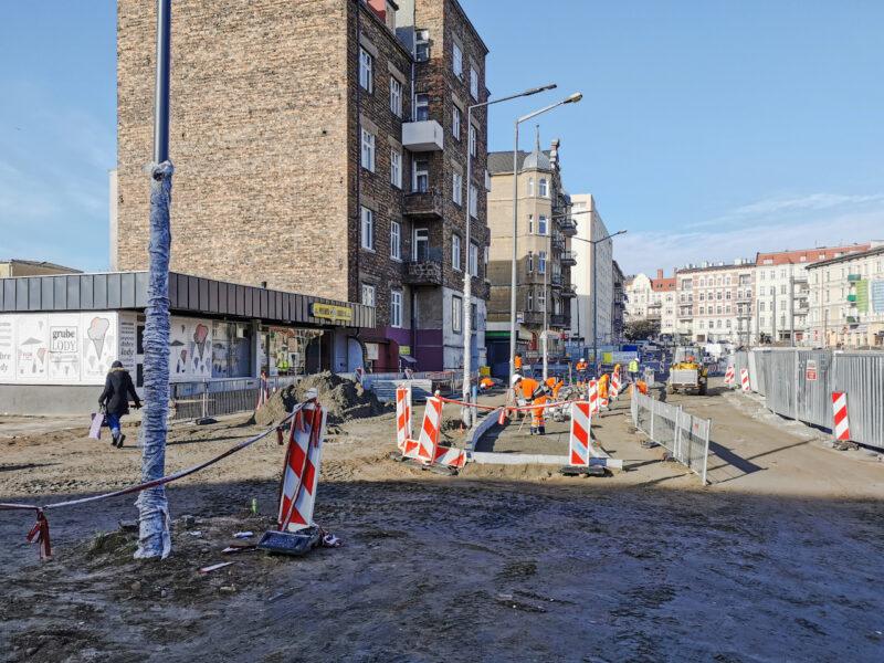 To samo miejsce widoczne z ulicy Kącik. Uważny dostrzeże różnice między nowymi latarniami a starą, która niedługo zniknie