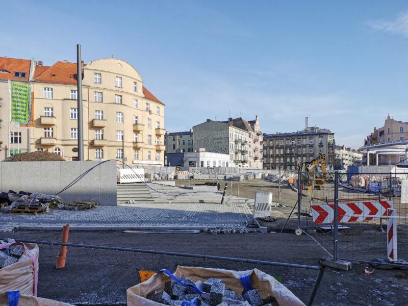 Widok z ulicy Małeckiego. Wokół schodów prowadzących ze skweru pojawia się kostka