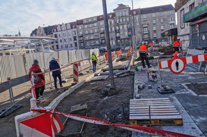 Rynek Łazarski: nowe latarnie i chodniki – marcowa fotorelacja